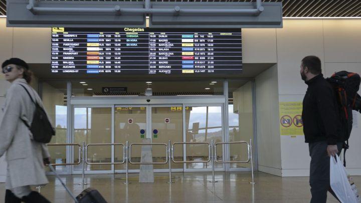 El aeropuerto de Santiago oferta en julio el 41% de su programación habitual