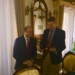 El Presidente D. Manuel Salmerón Fuentes hizo entrega al Coronel D. Enrique M. Díaz Criado de una placa con su nombramiento como Presidente Honorífico de la Agrupación