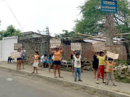 Familias enteras en la calle clamando por ayuda. Plasman su dolor en los carteles.
