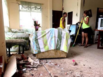 Todavía siguen cayendo escombros. Saben que la casa será demolida.