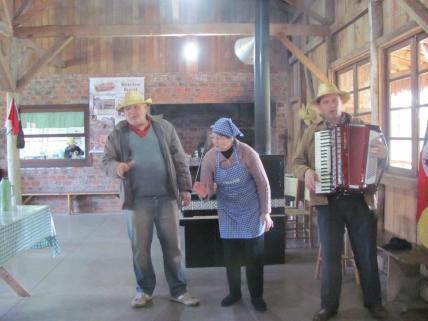 Família Foss cantando um parabéns gaúcho para os aniversiantes do mês