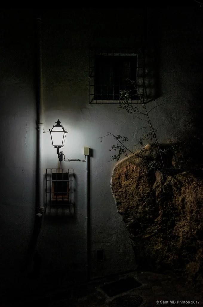 A la tenue luz de la farola