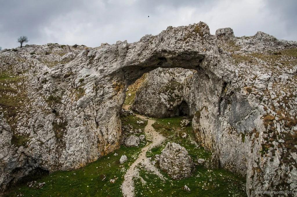 Un puente de piedra