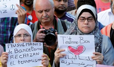 Muculmanos residentes em Barcelona manifestam-se contra o ataque terrorista em Las Ramblas