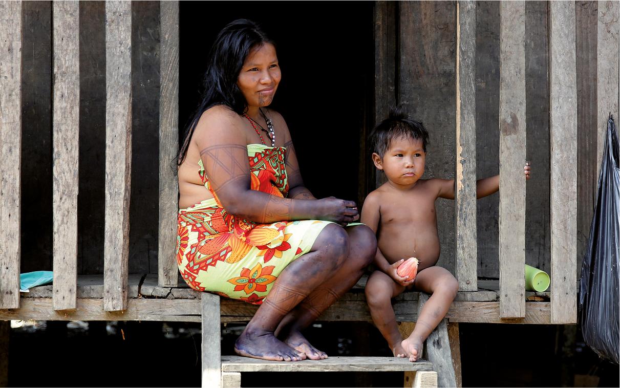 Mulher com o seu filho em Quibdo, Colombia, 2017