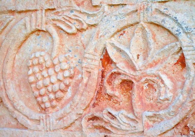 A decoração da belíssima ermida de Quintanilla, visigótica, utiliza muito o cacho de uvas.