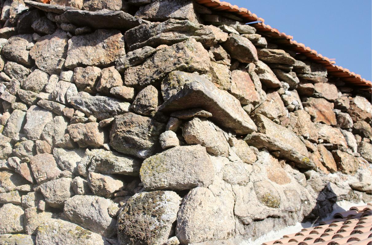 Mostrador de um relógio de sol, perdido numa baralhada de pedras, Gralheira