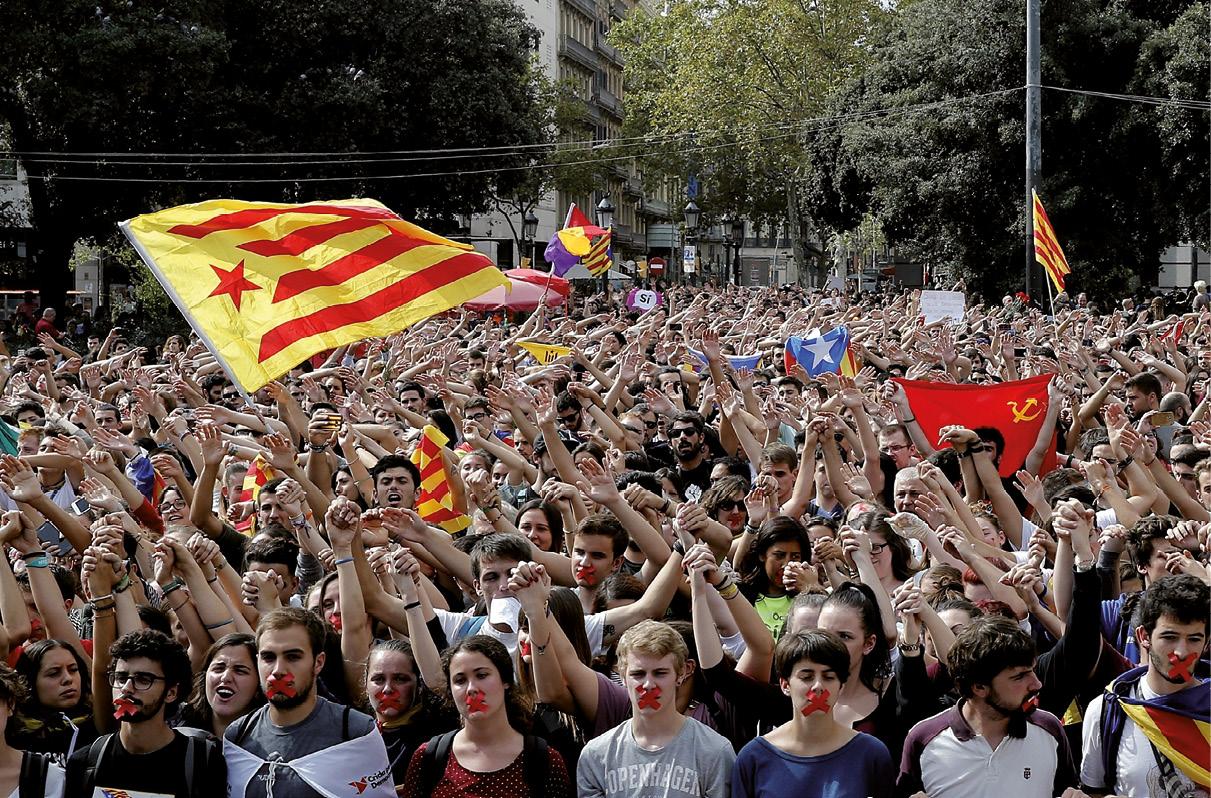 Catalunha manifestação de estudantes contra as acções da polícia espanhola durante o referendo 1-0, 2 de de outubro 2017.