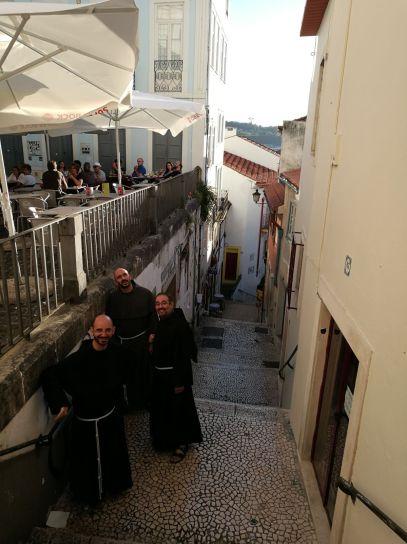 Jovens e frades - subindo da Baixa para a Alta, Coimbra