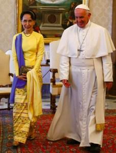 Aung San Suu Kyi, Primeira Conselheira de Estado de Myanmar visita o Papa no Vaticano, maio de 2017.