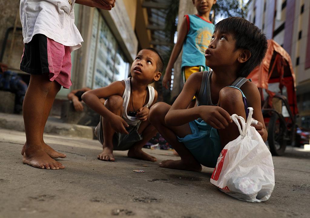 Crianças da rua filipinas descansam perto da sede da Associação das Nações da Ásia do Leste Asiático (ASEAN), em Manila, Filipinas, 08 de novembro de 2017.