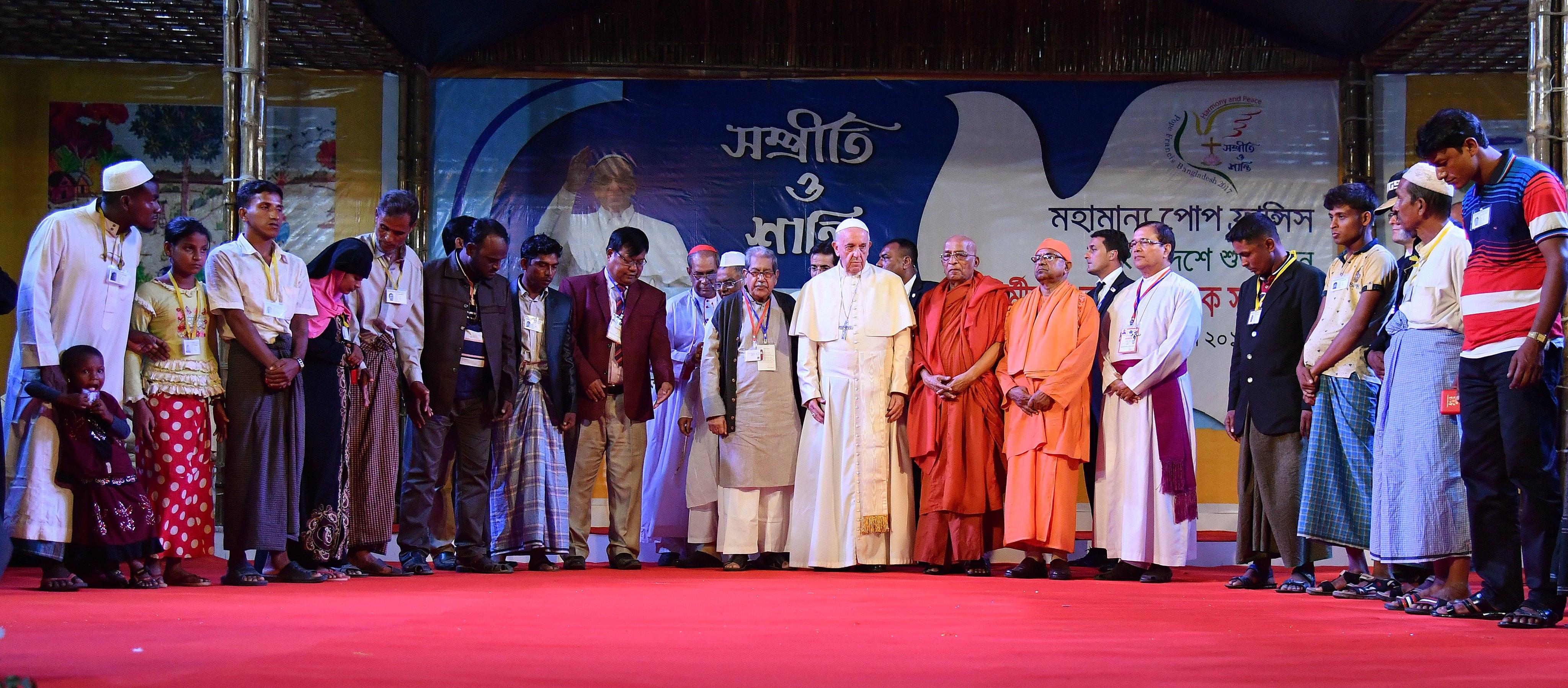O Papa Francisco reza com os refugiados Rohingya durante um encontro inter-religioso e ecuménico pela paz no jardim do Arcebispo em Daca, Bangladesh, 1 de dezembro de 2017