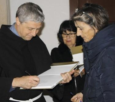 O Ministro Provincial e os frades assinam o livro comemorativo dos 50