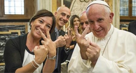 O Papa Francisco a utilizar a língua gestual durante uma audiência com os participantes da Conferência para Pessoas com Deficiência promovida pela Conferência dos Bispos Italianos, Cidade do Vaticano, 10 de junho de 2016. EPA / OSSERVATORE ROMANO