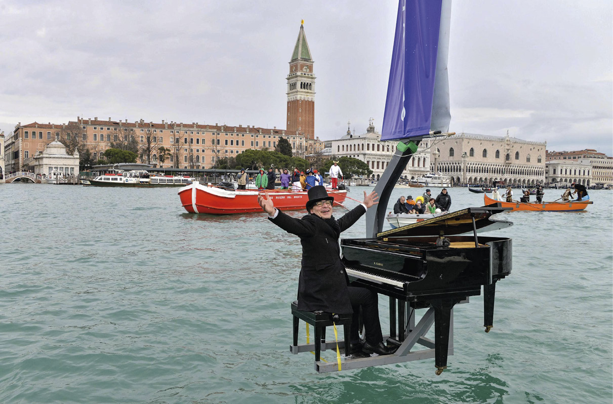 O pianista italiano Paolo Zanarella atua, suspenso sobre a água, no Carnaval de Veneza de 2015. EPA/ANDREA MEROLA.