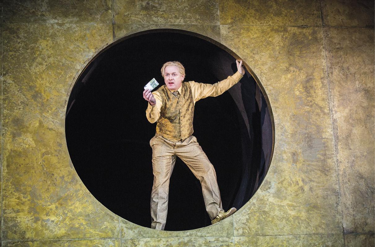 """O ator alemão Markus Hering durante o ensaio geral da peça """"Everyman dies"""" (Todo o homem morre) de Ferdinand Schmalz, no Burgtheater em Viena, Áustria, em 21 de fevereiro de 2018. EPA / LISI NIESNER"""