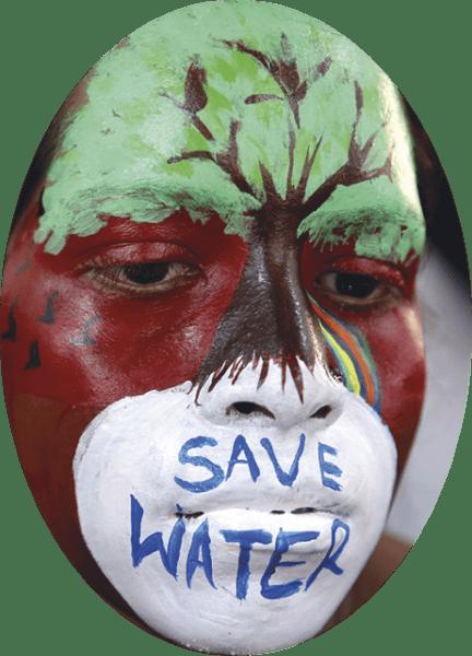 Estudantes universitários indianos com o rosto pintado participam numa competição de pintura facial entre faculdades no Government Sardar Patel Pollytehnic College, em Bhopal, Índia, 19 de fevereiro de 2018. Mais de 100 jovens mulheres participaram da competição para alertar sobre a conservação ambiental. EPA / SANJEEV GUPTA