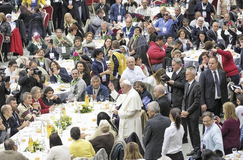 O Papa Francisco no almoço com os pobres, no Vaticano, por ocasião do I Dia Mundial dos Pobres, 19 de novembro de 2017. EPA / Claudio Peri.