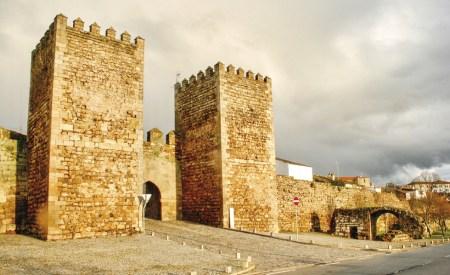 Castelo de Miranda. O Conde D. Henrique (1095-1112) e o seu filho D. Afonso Henriques (1128-1185), D. Sancho I (1185-1211), Afonso II (1248-1279) e D. Dinis (1279-1325), reconstruíram e fortaleceram sempre a ruína provocada pelos ataques leoneses.