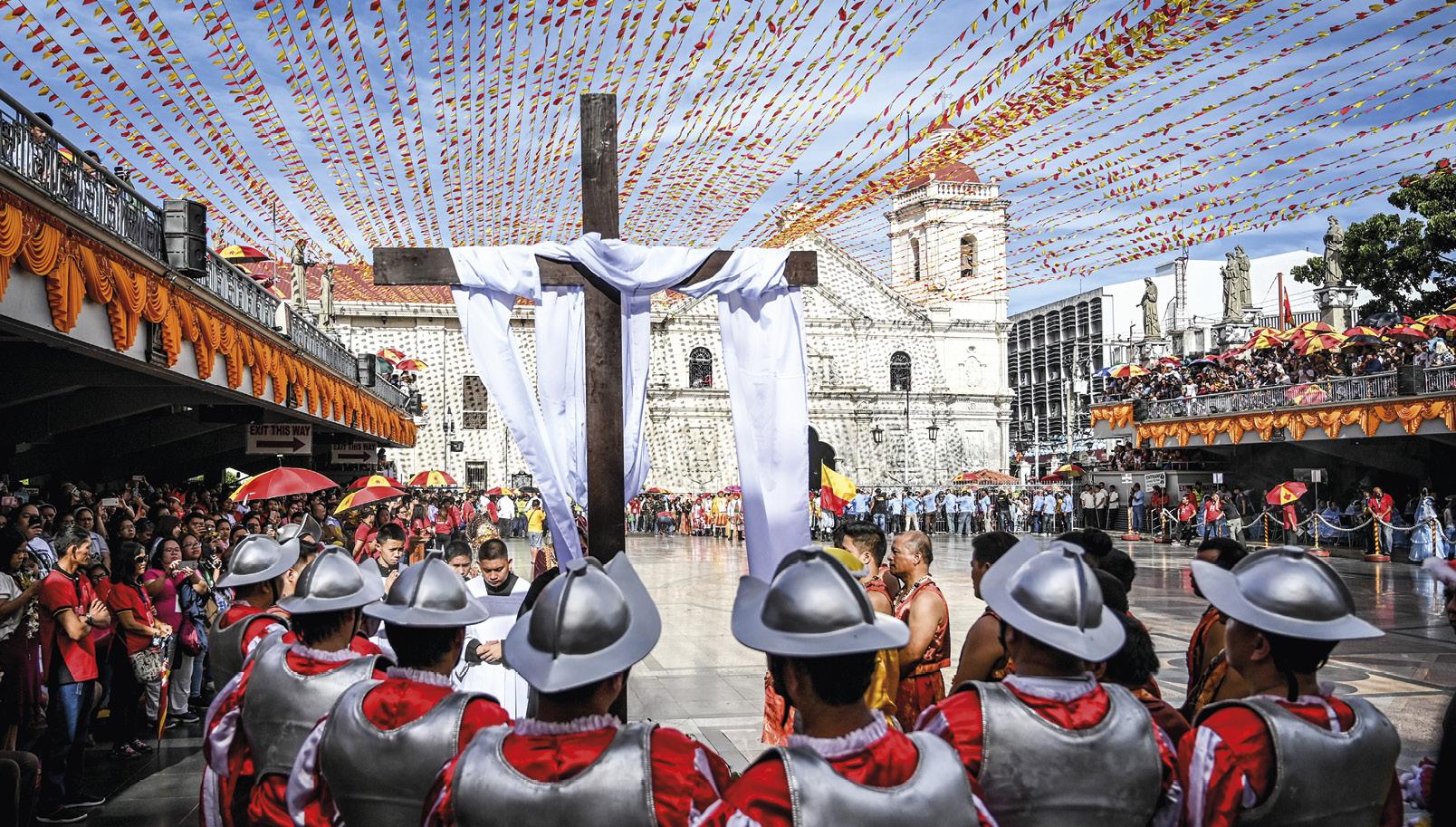 Figurantes vestidos como soldados espanhóis nas festas do Menino Jesus, em Cebu, nas Filipinas, onde morreu Fernão de Magalhães, que aqui terá erigido a chamada Cruz de Magalhães.
