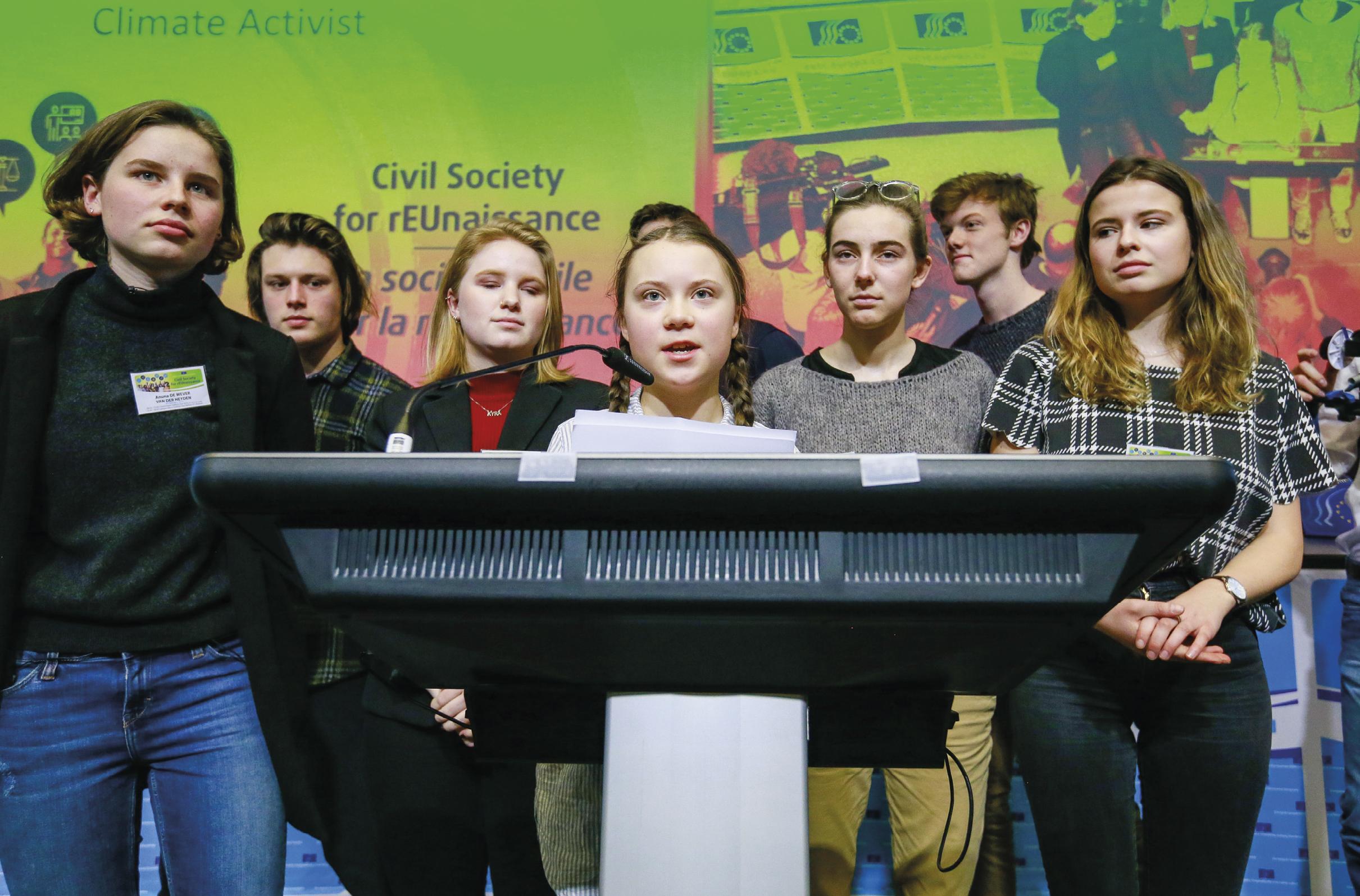 Greta Thunberg (16 anos), acompanhada por outros ativistas climáticos, fala durante o evento do Comitê Económico e Social Europeu (CESE) Civil Society for rEUnaissance, em Bruxelas, Bélgica, 21 de fevereiro de 2019. EPA / STEPHANIE LECOCQ.