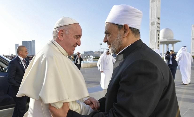 Ahmad Al Tayyeb, chefe da Al-Azhar, a principal instituição islâmica do mundo sunita, saúda o Papa à chegada para a reunião com o Conselho Muçulmano de Anciãos, na Grande Mesquita do Xeque Zayed, em Abu Dhabi, 4 de fevereiro de 2019. EPA / MÍDIA VATICANA.