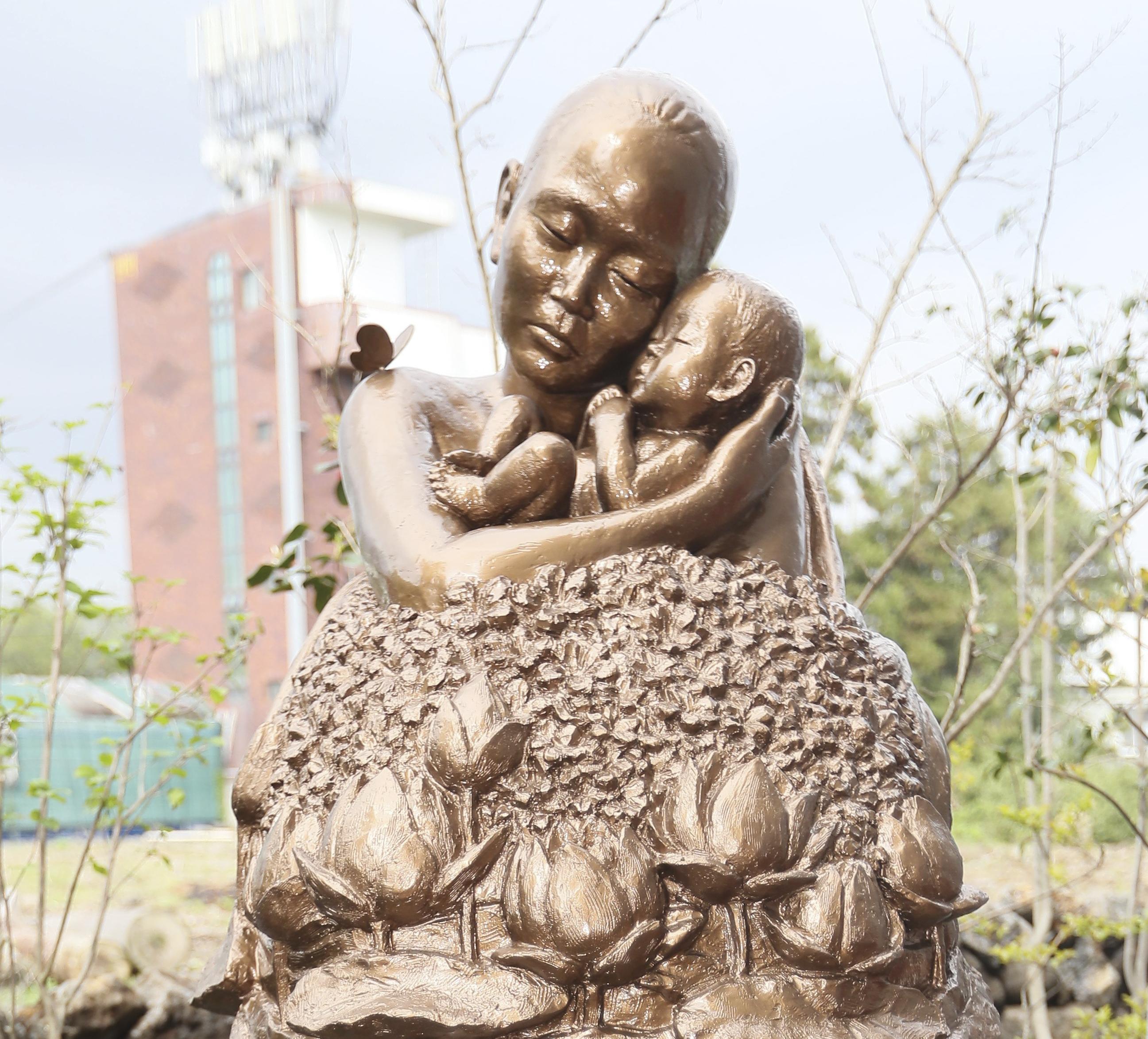 Pietá do Vietnam, na Ilha de Jeju, Coreia do Sul, no 42º aniversário do fim da Guerra do Vietnan. Criada por organizações cívicas e religiosas sul-coreanas para consolar as almas de mães e crianças vietnamitas vitimadas por soldados sul-coreanos durante a guerra.