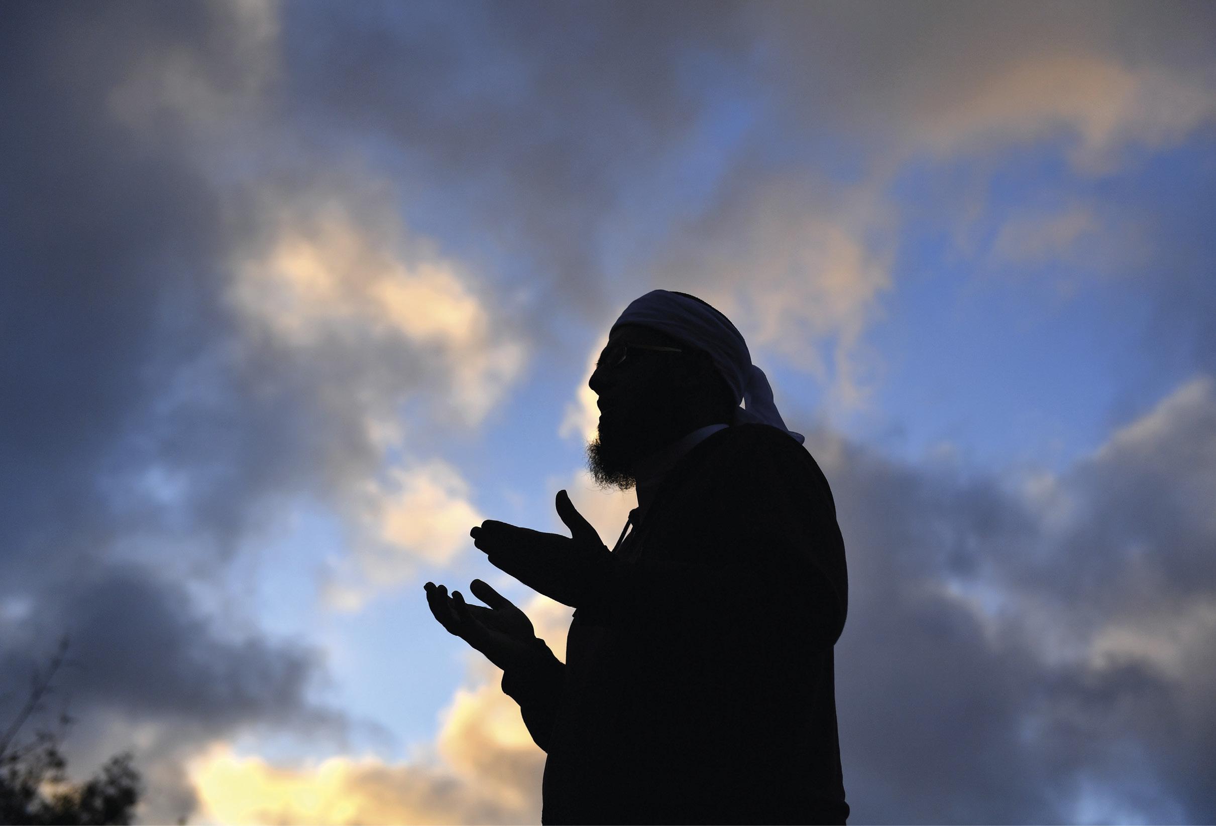 Mufti Zeeyad Ravat preside às orações da noite em frente a um memorial improvisado na Mesquita Al Noor, em Christchurch, Nova Zelândia, onde um atirador, que se acredita ser um australiano de 28 anos, matou 50 fieis. EPA / MICK TSIKAS AUSTRÁLIA E NOVA ZELÂNDIA.