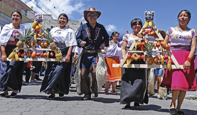 Inti Raymi, festa inca e andina em honra do deus Sol e em agradecimento à Pacha Mamma (Mãe Terra) pelas colheitas recebidas, celebrada no solstício de inverno (24 de junho no hemisfério sul). Virou uma atração turística, mas algumas comunidades tentam recuperar o seu sentido ancestral.