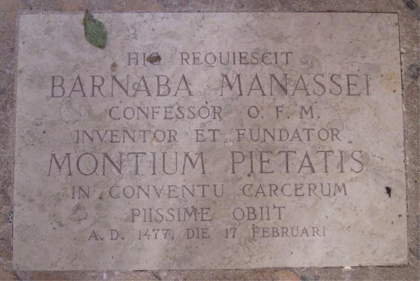 """Pedra lapidar de Frei Barnaba Manassei: """"Aqui jaz Barnaba Manassei, da ordem dos frades menores, inventor e fundador dos Montepios. Faleceu santamente no Convento dos Carceri, no ano de 1477, no dia 17 de fevereiro""""."""