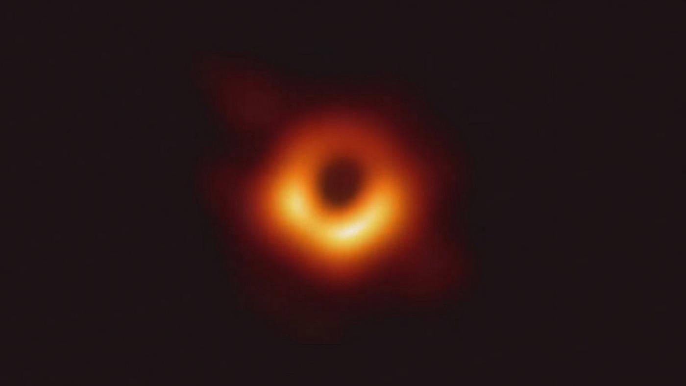 Primeira imagem de um buraco negro na distante galáxia Messier 87 (M87), que se situa a 54 milhões de anos-luz da Terra na direção da constelação da Virgem, obtida através do projeto do Telescópio do Horizonte de Eventos (Event Horizon Telescope – EHT).