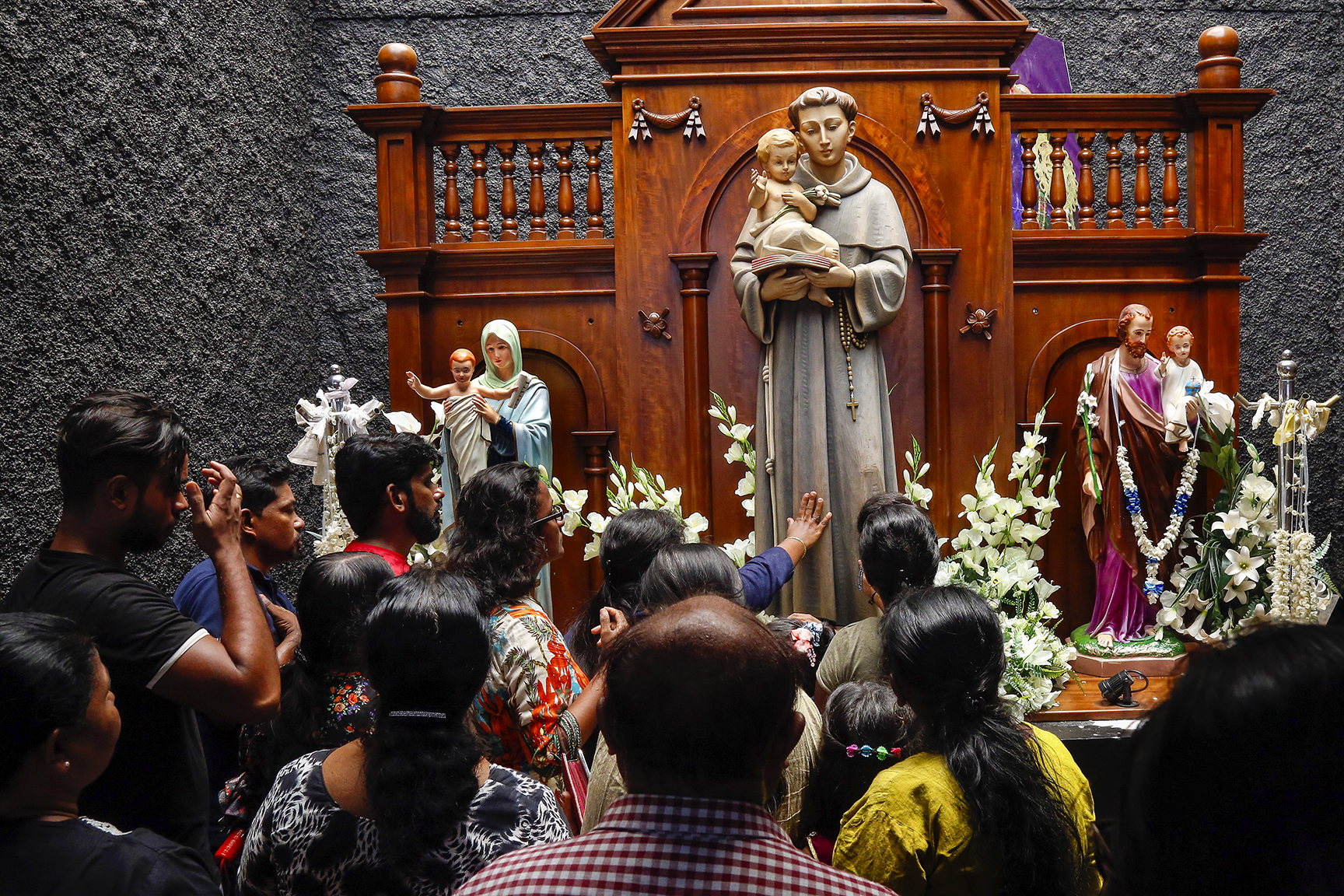 7 de maio de 2019: devotos orando na Igreja de Santo António, parcialmente aberta, pela primeira vez desde o ataque suicida do domingo na Páscoa, em Colombo, Sri Lanka, a 21 de abril de 2019. Foto EPA/M.A.PUSHPA KUMARA