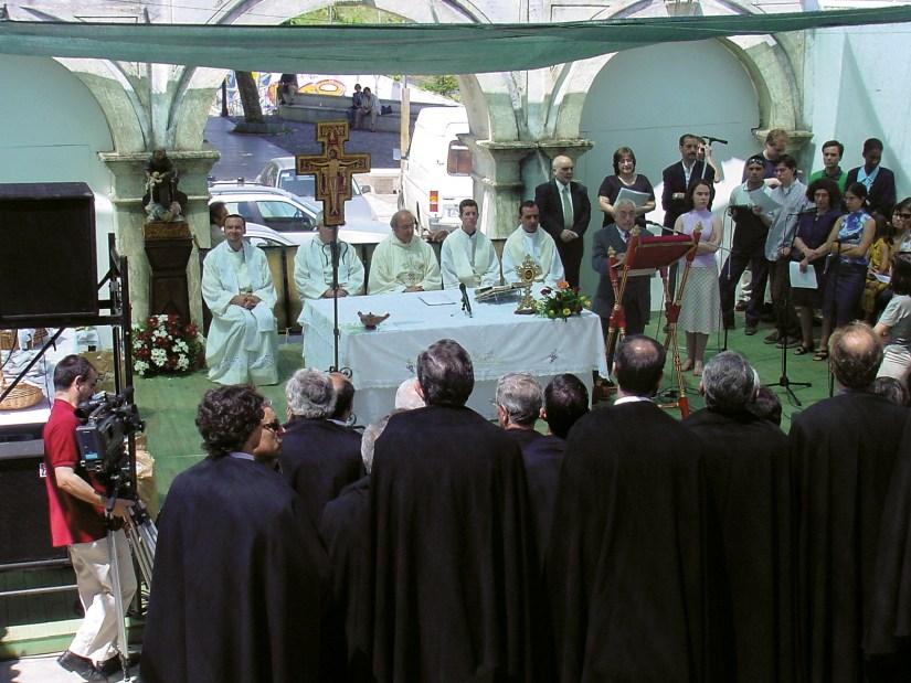 Igreja de Santo António dos Olivais, celebração na escadaria, Junho 2002