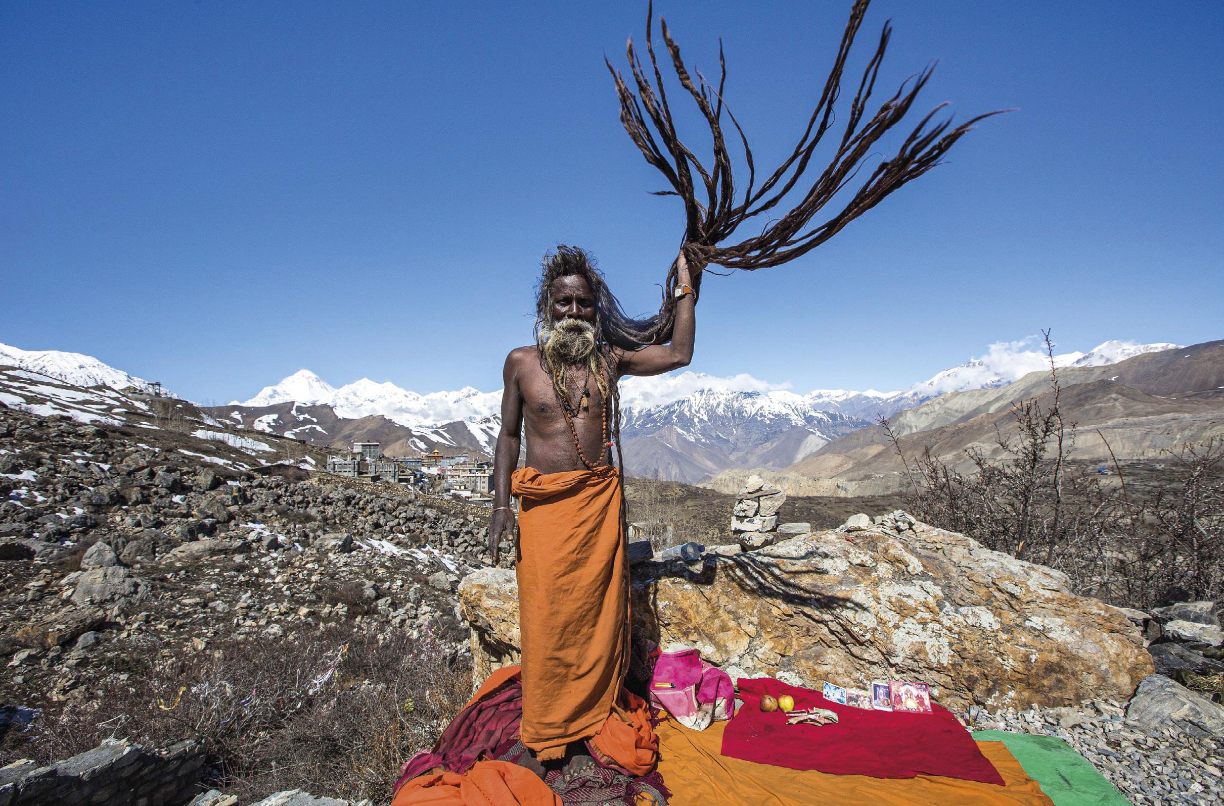 Um homem santo, junto ao templo Muktinath, no Nepal