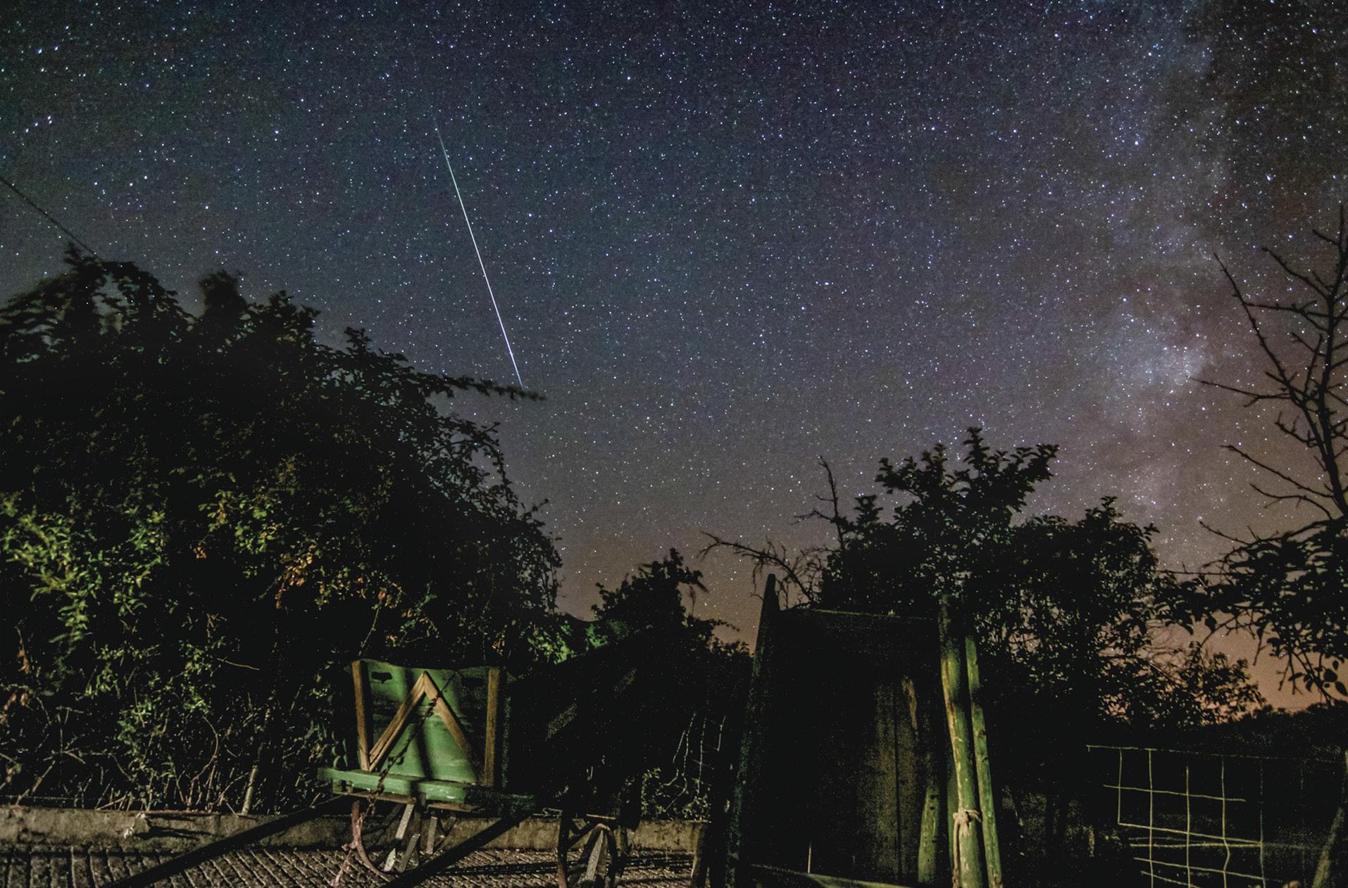"""Foto do """"risco"""" de um meteoro das Perseidas. Foto do astrofotógrafo português Miguel Claro."""