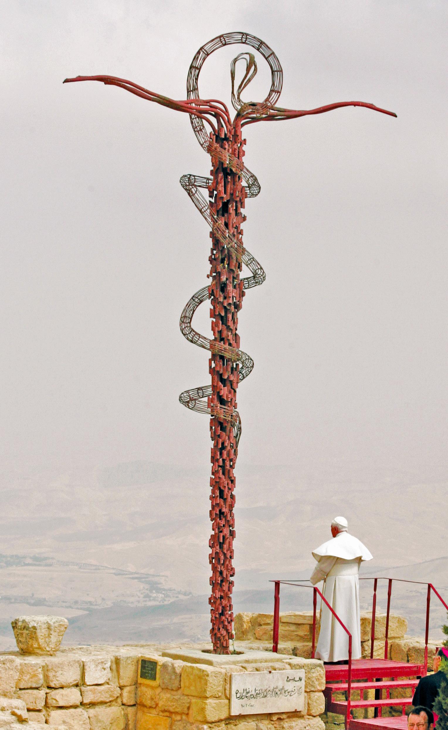 Bento XVI, a 9 de maio de 200, reza, olhando para Jerusalém, junto à serpente de bronze, escultura do artista italiano Giovanni Fantoni, no local da antiga Basílica e Memorial de Moisés, no monte Nebo, Jordânia. Este é o local onde Moisés viu ao longe a Terra Prometida, tendo morrido aqui sem ter entrado na Terra Prometida.