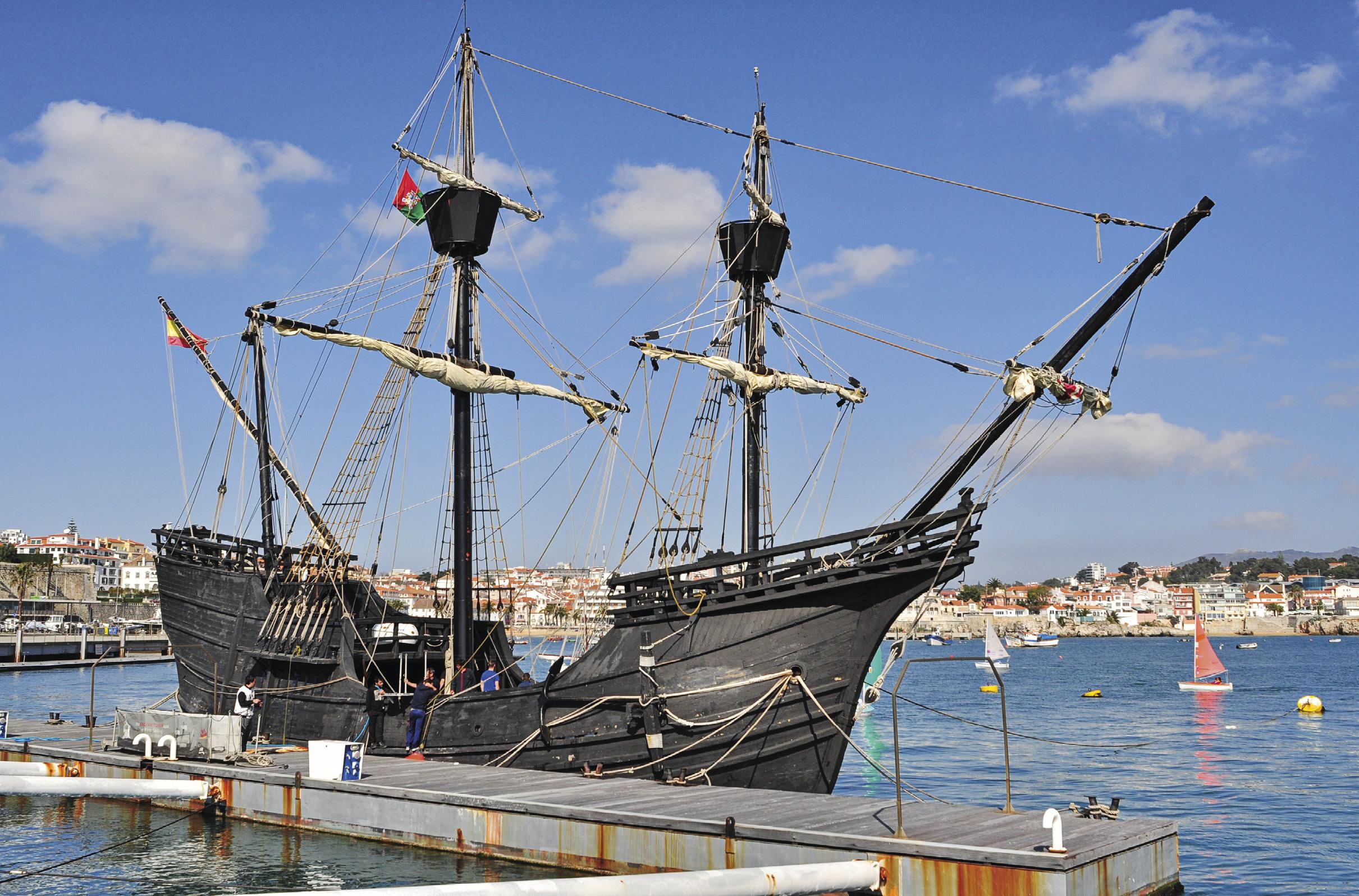 Victoria foi o único navio que retornou a Espanha, sendo assim o primeiro barco a circum navegar o globo. A foto mostra uma réplica construída em 1992, atracada na marina de Cascais, em 2015.