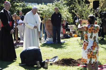 O Papa Francisco com o cardeal Claudio Hummes nos jardins do Vaticano, na festa de São Francisco, ao qual o Sínodo da Amazónia é consagrado. Cerimónia da plantação de uma azinheira vinda de Assis. Cidade do Vaticano, 4 de outubro de 2019. EPA / MAURIZIO BRAMBATTI