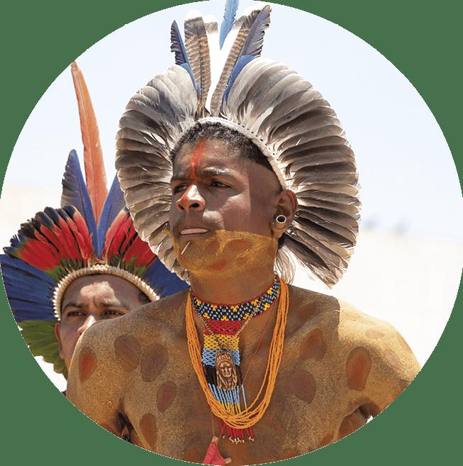 Povos indígenas pertencentes a várias etnias protestam na cidade de Brasília, Brasil. Os indígenas pedem o reconhecimento de seus territórios tradicionais, que sofrem ataques intensos de empreiteiros, movidos pela cobiça por turismo e da especulação imobiliária. 16 de outubro de 2019. EPA / Joedson Alves.