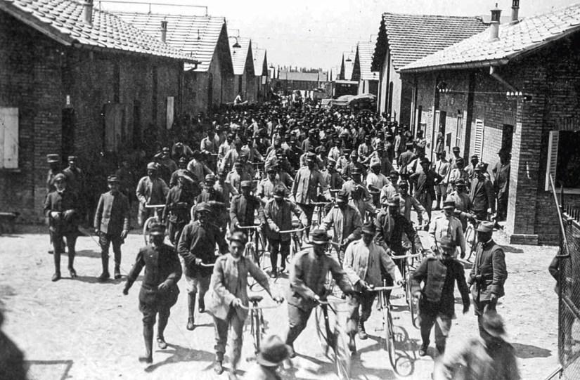 Complexo industrial, saída dos trabalhadores, Bolonha, Itália, início séc. XX. https://www.guerrainfame.it/casaralta.