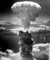 Bomba atómica de plutónio: explosão em Nagasaki, a 9 de agosto de 1945. Mais de 80 000 pessoas foram mortas, a maioria civis.