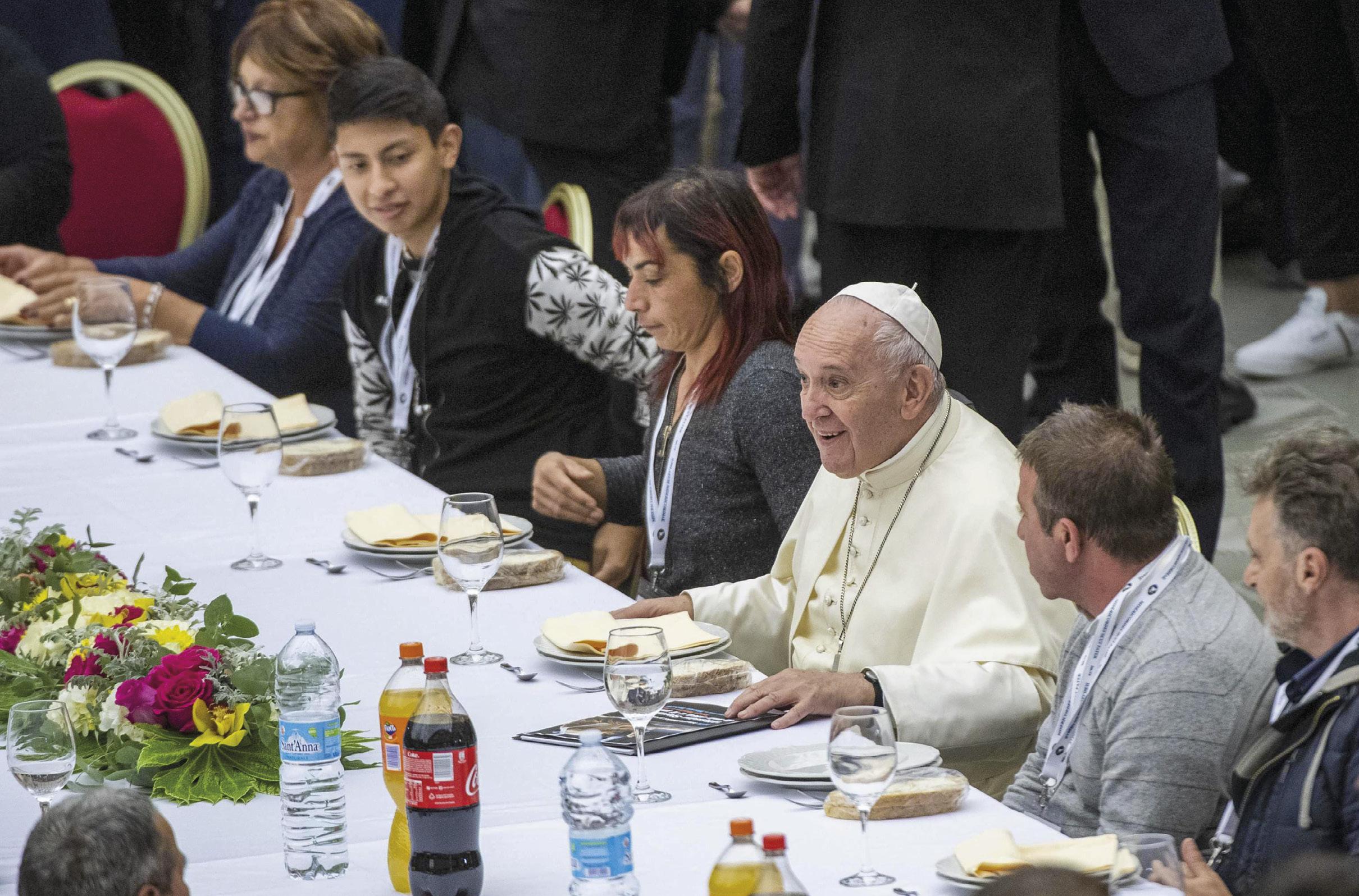 O Papa Francisco almoça com os pobres no Vaticano, 17 de novembro de 2019. EPA / Claudio Peri.
