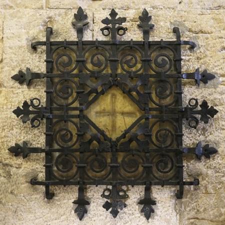 Cruz riscada na pedra por Santo António ainda criança, para fugir às tentações do demónio. Escada da Torre, Sé Catedral, Lisboa. Foto © Leonor Alvim.