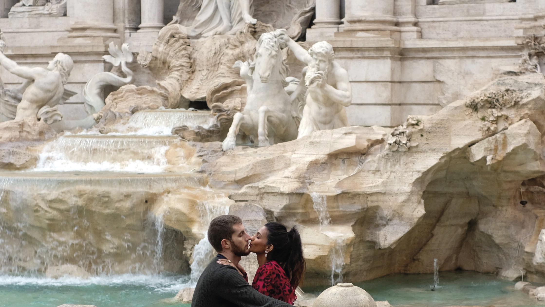 Um casal trocando um beijo junto à Fonte de Trevi no Dia dos Namorados, em Roma, Itália, 14 de fevereiro de 2020. EPA / LUCIANO DEL CASTILLO