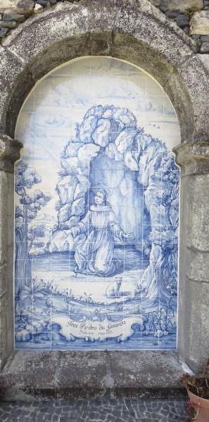 Frei Pedro da Guarda: Painel de azulejos no Convento de São Bernardino, Câmara de Lobos, Funchal. Foto PESP/ Wikimedia Commons.