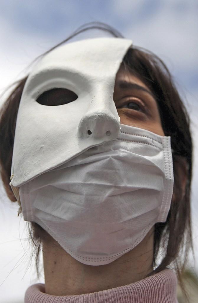 Manifestação de protesto de actores, em Atenas, 7 maio 2020. EPA | Orestis Panagiotou.