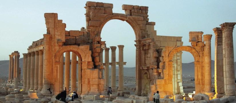 Antiga cidade de Palmira, no centro da Síria, 240 Km a nordeste de Damasco, foi um importante elo de ligação entre o antigo Oriente e os países mediterrânicos. Em 2015, sofreu ataques bárbaros do chamado Estado Islâmico (ISIS). Foto  de 2012, EPA / Youssef Badawi.