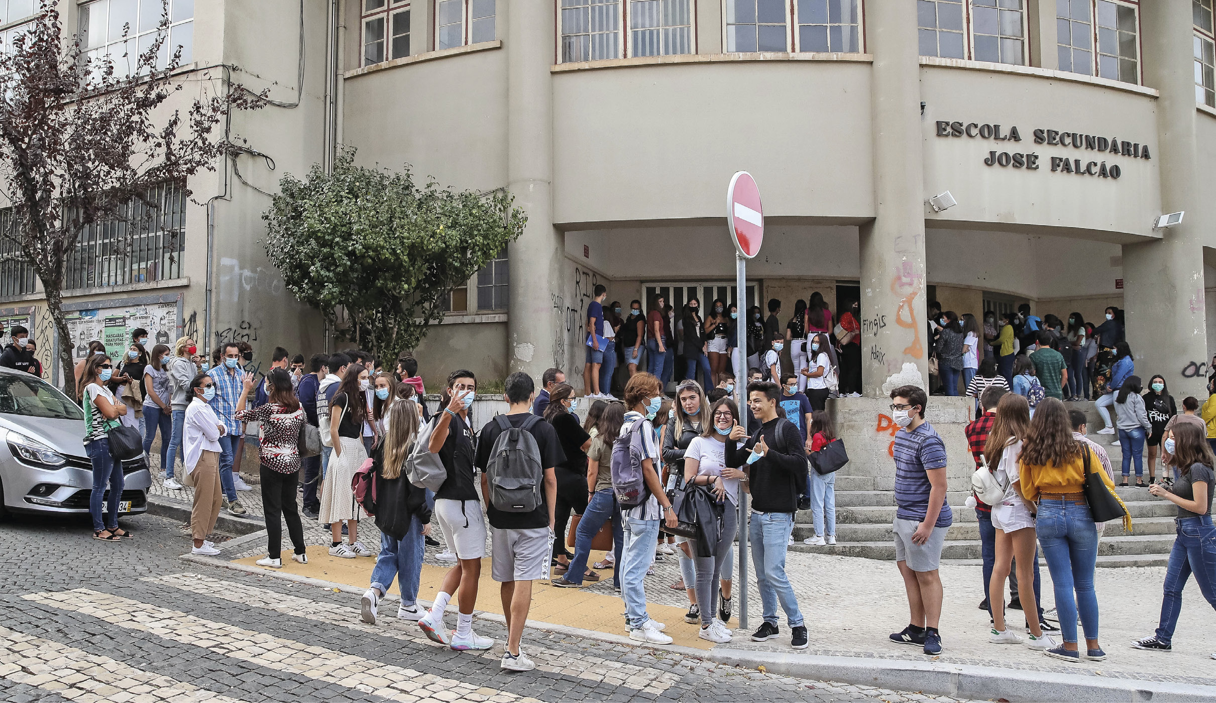 Alunos à porta da Escola Secundária José Falcão, no dia que assinala o regresso às aulas, com as regras no contexto de pandemia da Covid-19, em Coimbra, 17 de setembro de 2020. PAULO NOVAIS/LUSA