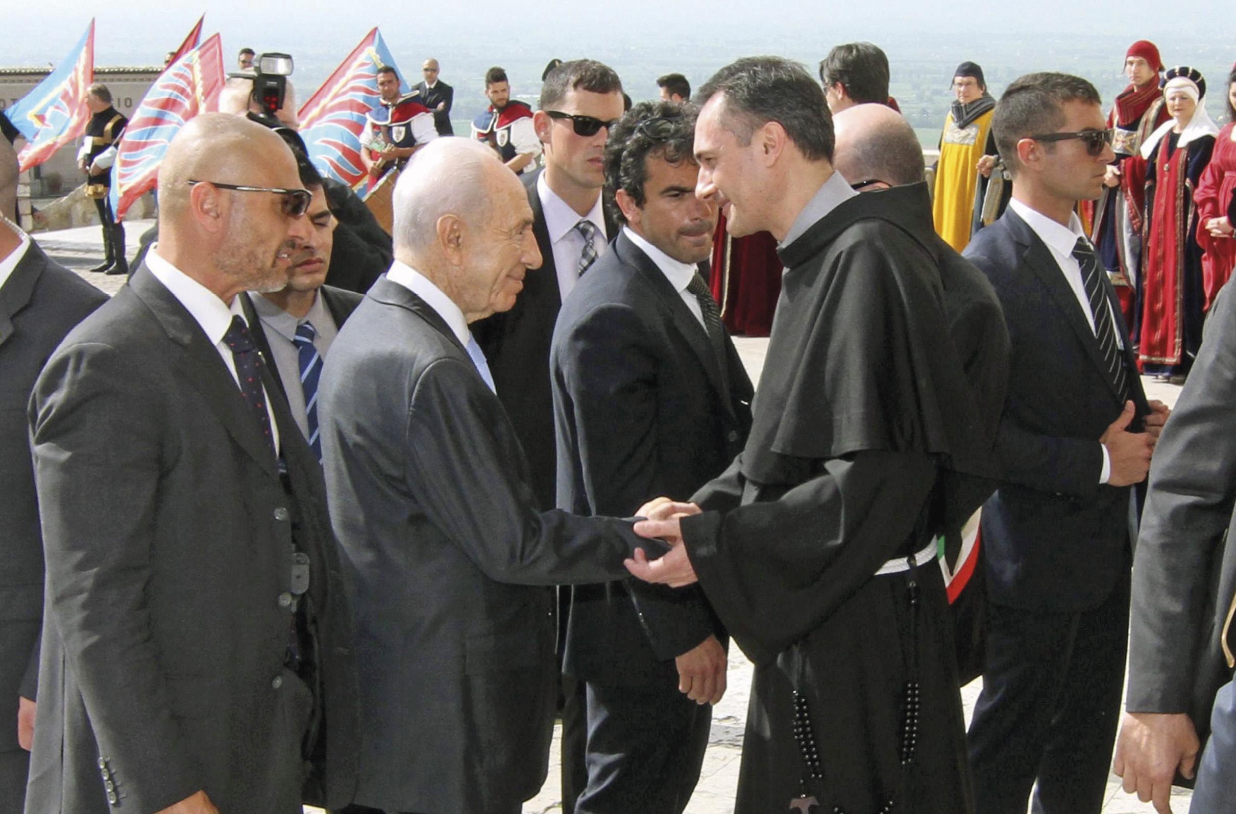 Frei Mauro Gambetti na altura guardião do Convento de Assis e recentemente nomeado cardeal, saúda Simon Peres, na altura presidente de Israel, na sua visita a Assis, 1 de maio de 2013. Foto: EPA / Pietro Crocchioni.