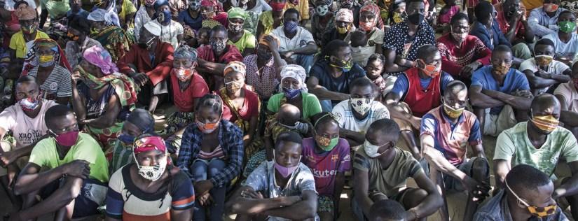 Deslocados da violência armada em Cabo Delgado reunidos no campo de deslocados de Manono, Metuge, Moçambique, 22 de julho de 2020. Foto RICARDO FRANCO/LUSA.